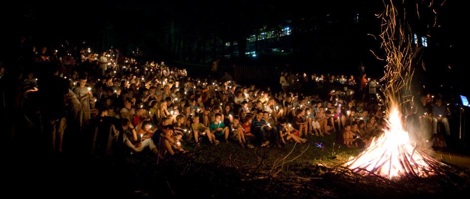 Evening-campfire-at-camp-highlander-for-boys-and-girls